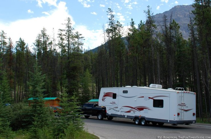 fifth-wheel-trailer-and-truck